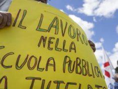 Un momento della manifestazione dei lavoratori della scuola e dell'universita' e i ricercatori in sciopero a Roma. Un corteo e' partito da Porta San Paolo, 20 maggio 2016. ANSA/MASSIMO PERCOSSI